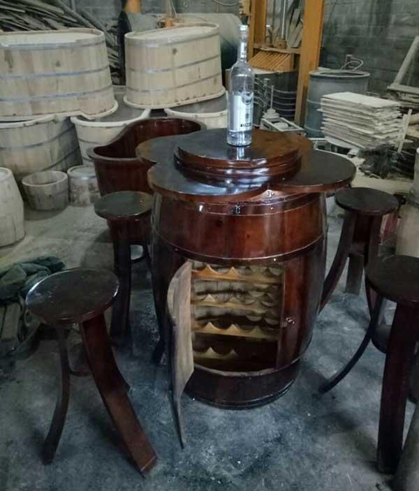 Bàn ghế thùng rượu trang trí
